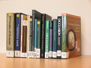 De Angelsaksische term 'occlusion' omvat meer dan de Nederlandse term 'occlusie' en er zijn veel boeken over geschreven.