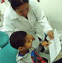 Afb. 3. Een jongen wijst de mate van pijn aan die hij tijdens de behandeling heeft ervaren.